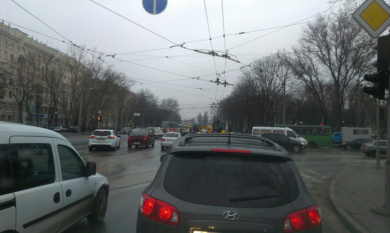На главной магистрали остановили движение (ФОТО)