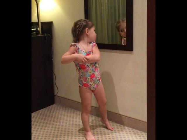 """KARINA on Instagram Готовится к выходу в бассейн 🏊🏻 Смотрит все ли хорошо у неё там😄 Снимаю незаметно в конце она сказала идя ко мне все мам я готова пошли…"""""""