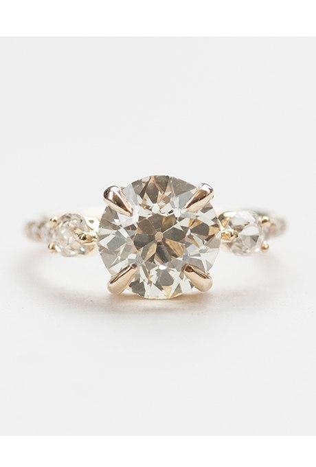 Jj  Sye3LX8 - Обручальные кольца с тремя камнями (63 фото)