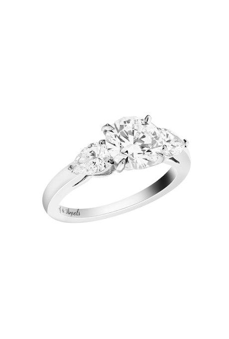 4UndGH15EeQ - Обручальные кольца с тремя камнями (63 фото)