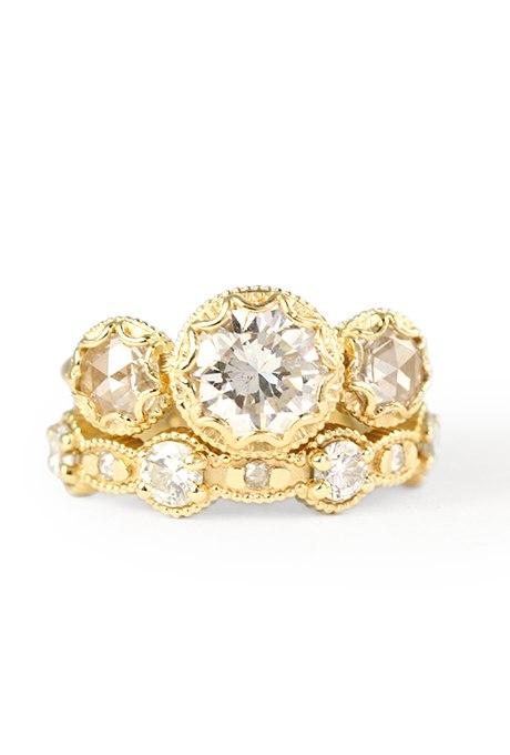 CzlQ0LOwA3I - Обручальные кольца с тремя камнями (63 фото)
