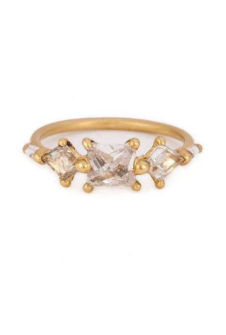 lh2ZpPUqZks - Обручальные кольца с тремя камнями (63 фото)
