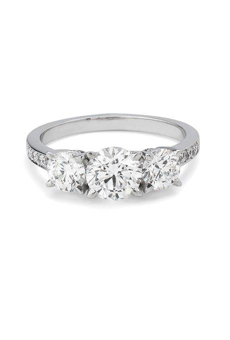 2ysKI9dKlgY - Обручальные кольца с тремя камнями (63 фото)