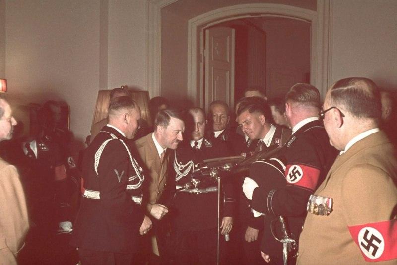 А. Гитлер рассматривает модель самолета Фокке-Вульф FW.200 «Кондор», полученную в подарок на день рождения.