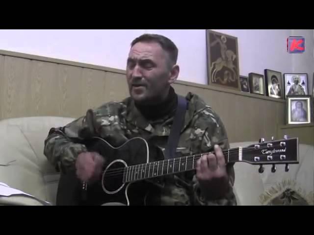 Ополченец из бригады Призрак поет на гитаре