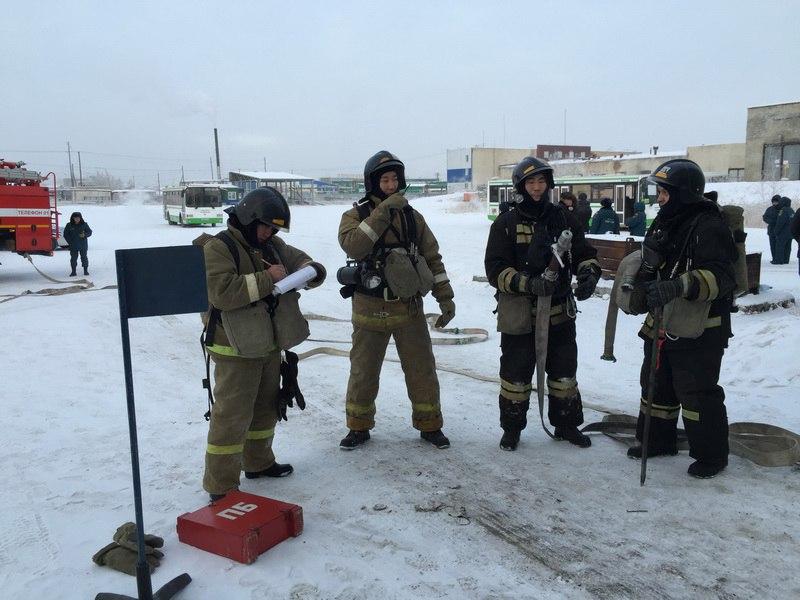 """В Якутске состоялись учения по тушению """"взорвавшегося"""" автобуса"""