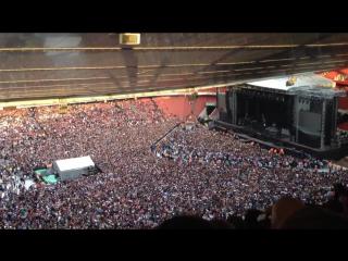 60000 человек спели Queen - Bohemian Rhapsody перед концертом