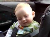 Трогательное видео! Смешной малыш борется со сном, посмотрите для настроения