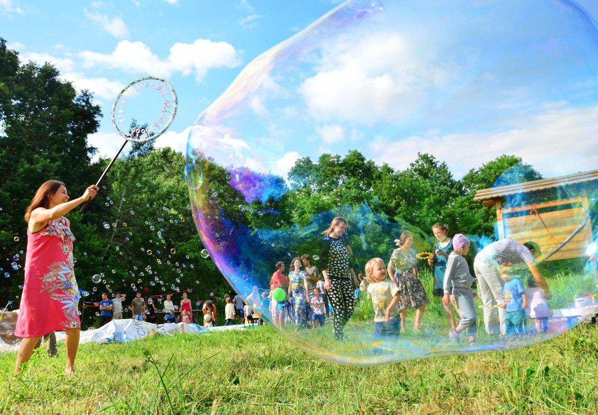 Шоу мыльных пузырей на празднике