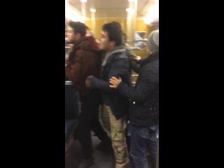 Asylanten belästigen junge Frau und attackieren alte Herren in Münchener U-Bahn