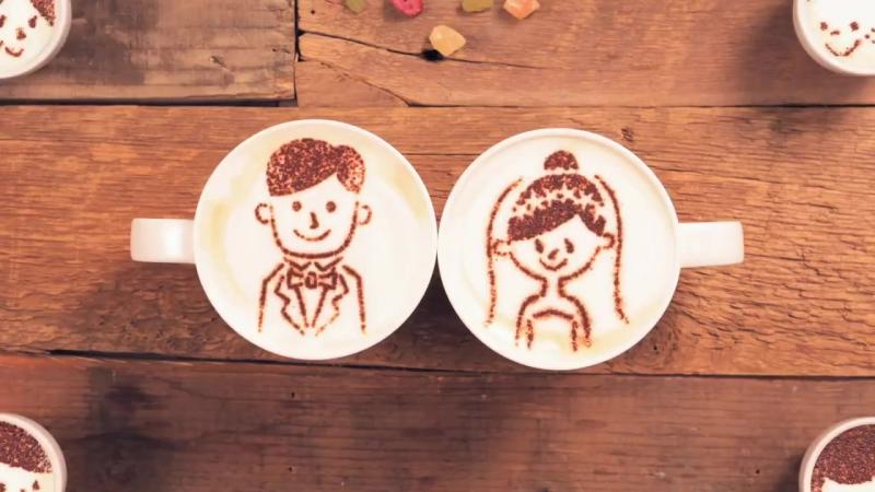 История жизни двух чашек кофе. В создании этого трогательного видео участвовала тысяча чашечек латте.