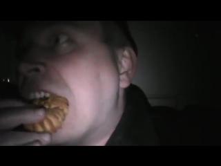 Белая горячка Страшно Ужас Кошмар Кошмары Страшное видео Прикол в комнате Бухой мужик