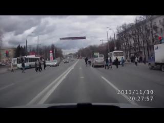 Пешеход наказал водителя за наезд / ДТП авария ГИБДД ДПС возмездие справедливость навалял сломал зеркало