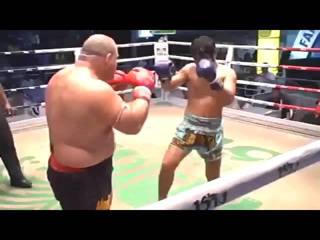 Жестокий нокаут с правого удара Тайский бокс Свежее видео драки 2015