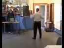 Очень классно танцует мужик аж позавидовал