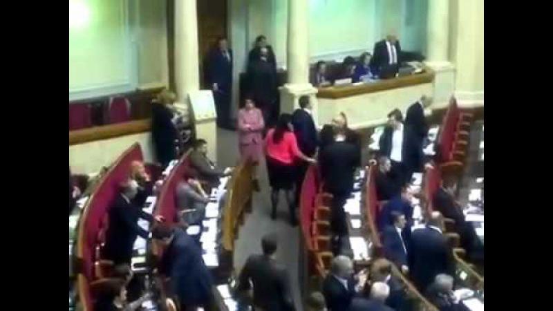 Березенко дає вказівки депутатам фракції БПП як голосувати.