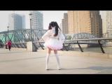 Девушка в косплее танцует в разных местах Шанхая