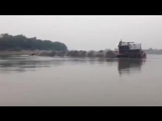 Баржа перевернулась и затонула