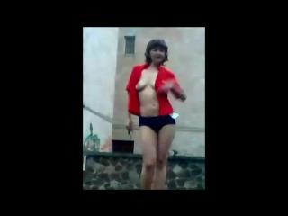 devushki-razdevayutsya-na-publike-foto-i-video