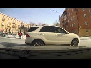 Отчаянная дура в Mercedes. Думала что дорогое авто отменяет правила ПДД???