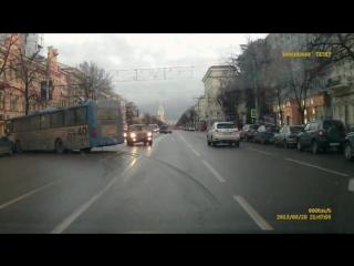 Автобус выехал на встречную полосу и устоил дтп