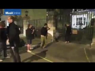 Том Хиддлстон и Элизабет покидают ресторан «The Worseley» в Лондоне (23.07.15)