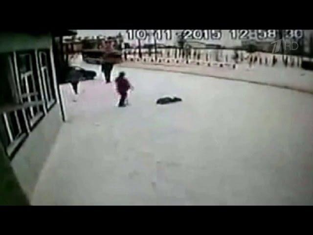 Женщина жестоко избивает своего ребенка