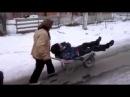O femeie isi duce barbatu mort de beat cu roaba si el o injura