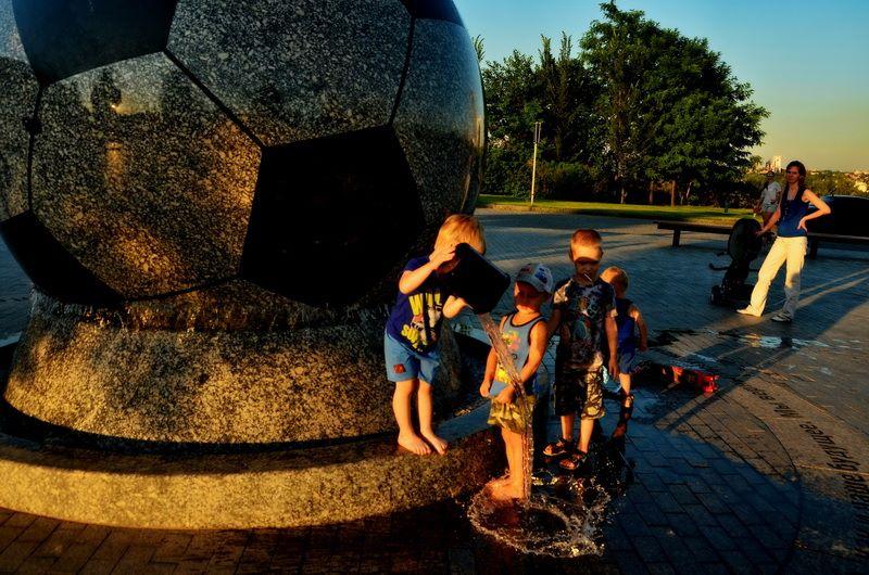 Водные процедуры у знаменитого мяча
