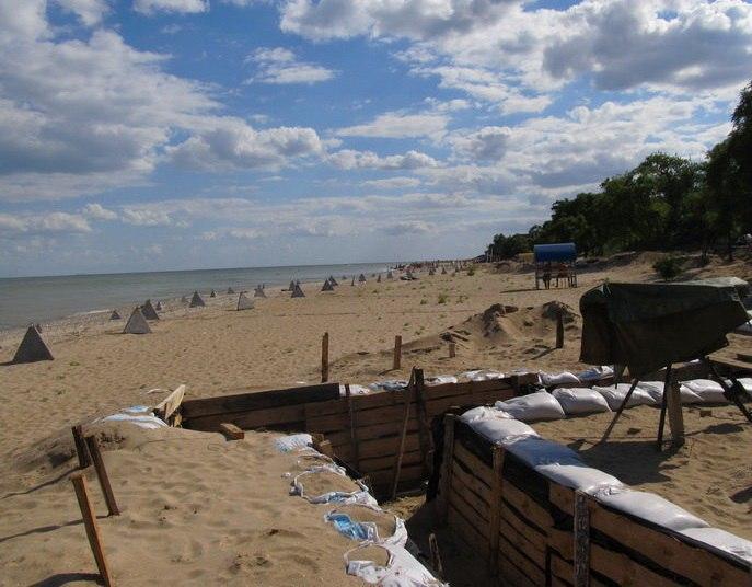 На пляже Мариуполя