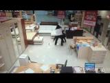 Попытка ограбления магазина. Обдолбанный нарик - вор неудачник и продавщица терминатор