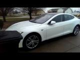 Tesla самостоятельно паркуется в гараже