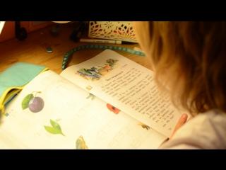 Сынок первоклассник Макарка  читает.. Сижу  горжусь)