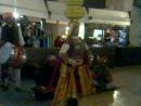 Индийские танцы с пирамидой на голове