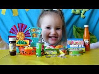 Есения распаковывает набор магазин и играет Yesenia unpacks the store set and plays