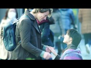Японская вирусная реклама портативного переводчика. Иностранец целует японок