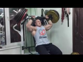 Алексей Чибисов жим в тренажере