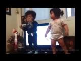 Японские малыши танцуют! Реально смешно!