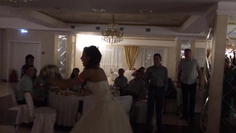 невеста кидает букет..поймала Регина