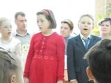 Странная Девочка поет песню