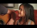 Маленькая Девочка здорово поет под гитару! Красивая песня ))