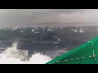Рыбаки под градом в открытом море
