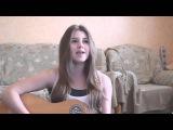 Милая девушка очень круто поет под гитару известную песню