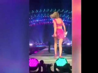 Taylor Swift says I Love You to Calvin Harris while in concert