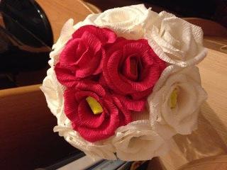 Делаем розы из гофрированной бумаги. Быстро и просто!