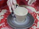 Обучение гончарству Делаем чашки Making a clay ceramic mug Pulling a handle