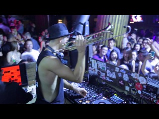 Timmy Trumpet LIVE Intro - Toca - While Playing His Trumpet