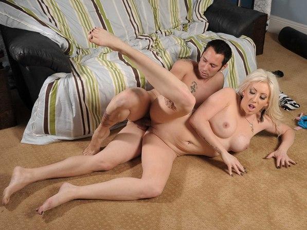 Порево с женщиной на полу фото