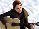 девушка красиво играет на гитаре.супер.