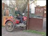 Деревенский парень развлекает дам)))